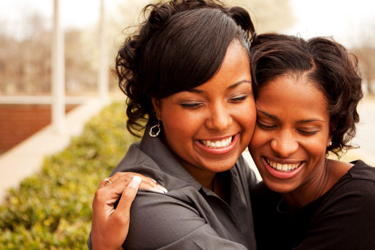 Beste Freundinnen fanden heraus, dass sie eigentlich Schwestern sind