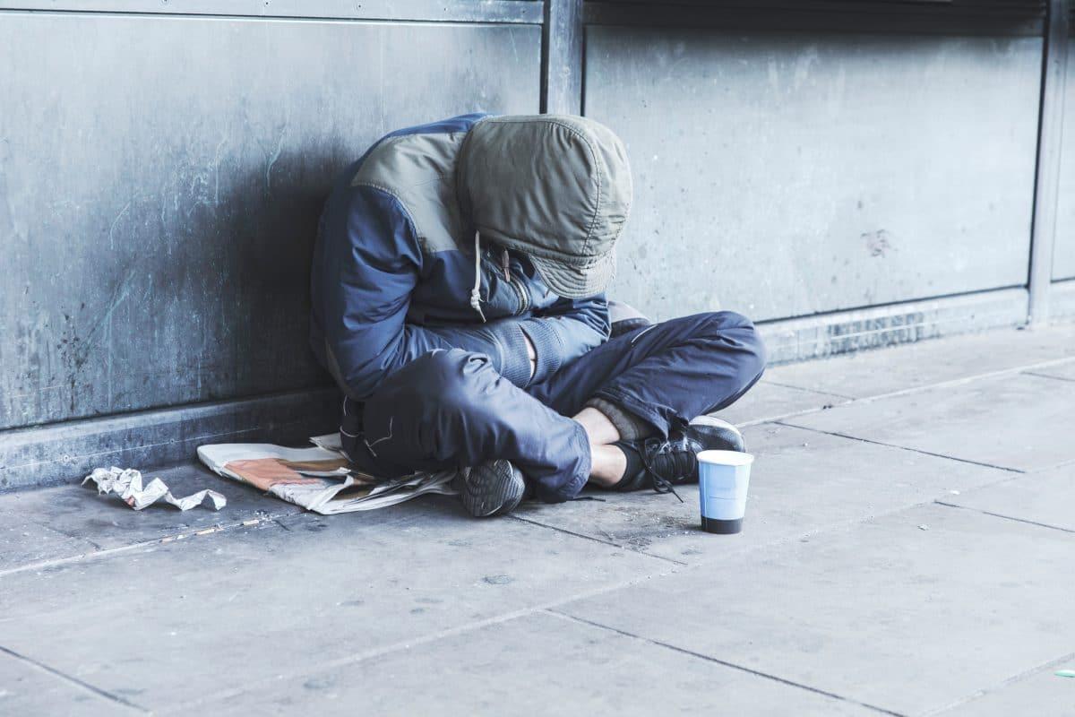 """Berliner helfen Obdachlosen während Corona-Krise mit """"Gabenzäunen"""""""