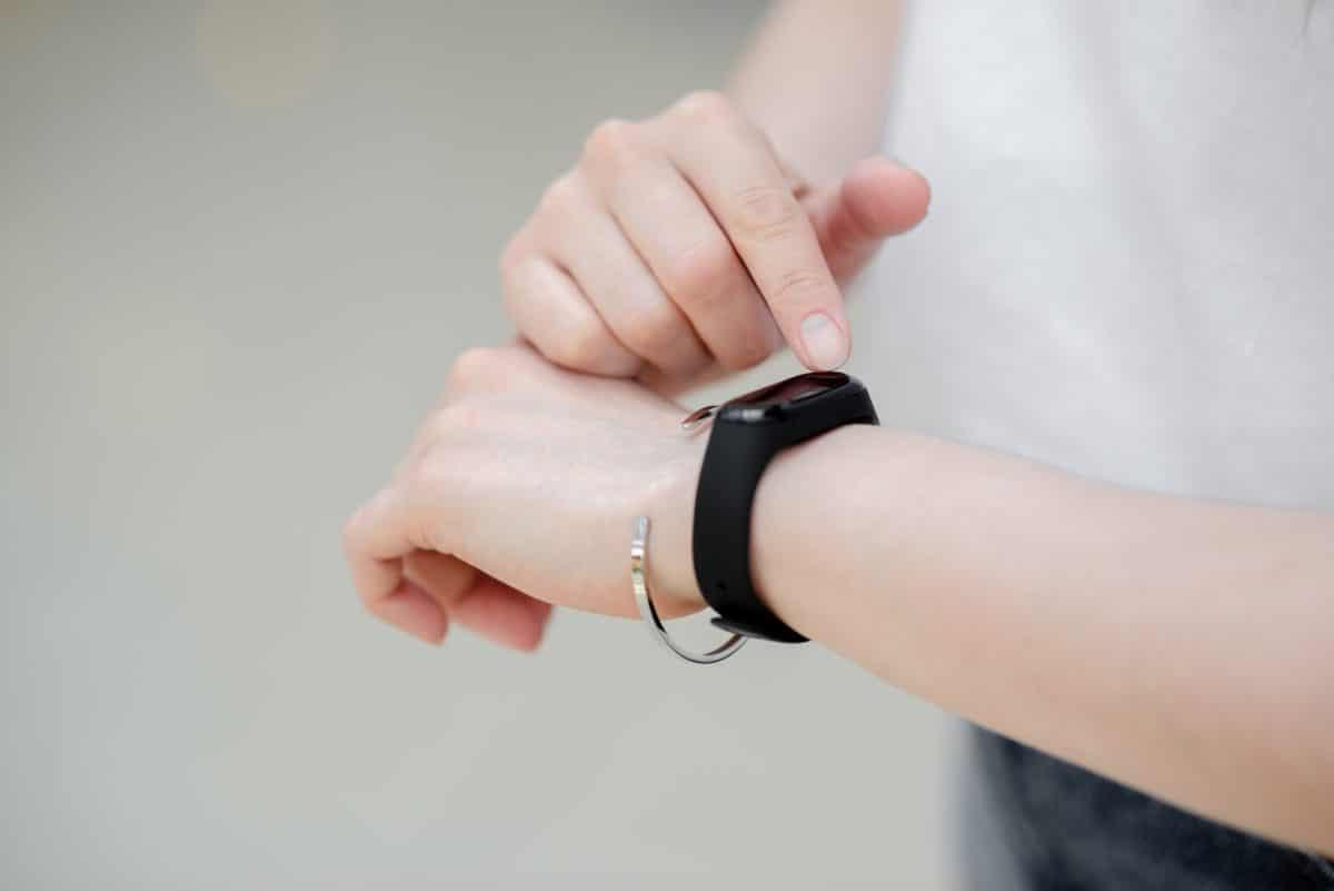 Dieses Armband verhindert, dass du dir ins Gesicht greift