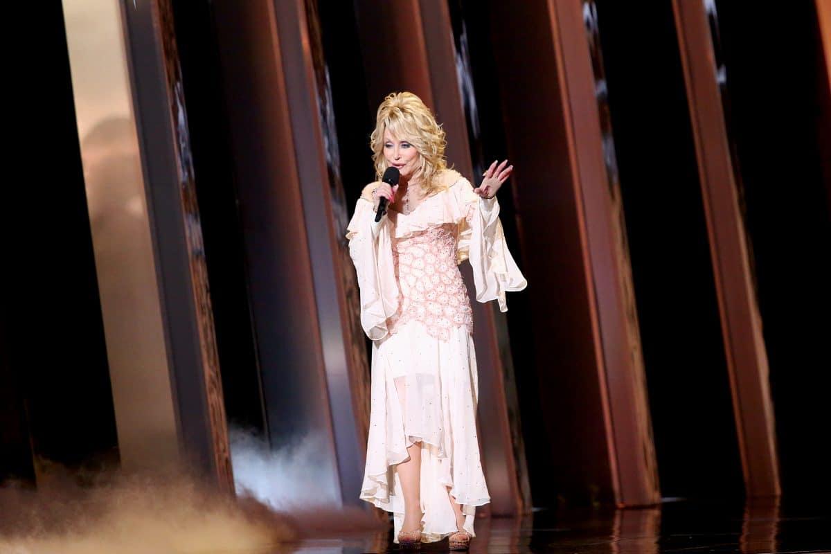 Dolly Parton liest auf Facebook Gute-Nacht-Geschichten vor