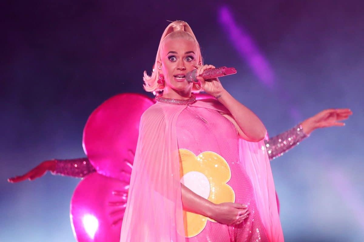 Katy Perry zeigt sich mit Babybauch & Hasenkostüm