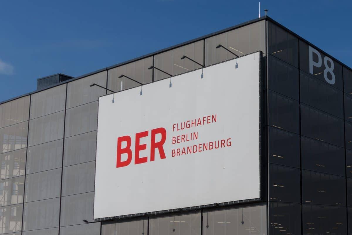 Berliner Flughafen nach neun Jahren für Öffnung bereit, Tegel soll schließen