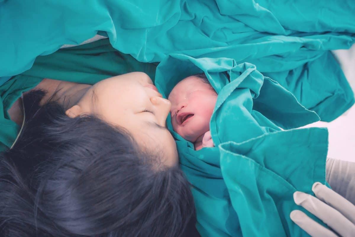 Vater erlebt Geburt seines Babys via Zoom und teilt Video im Netz