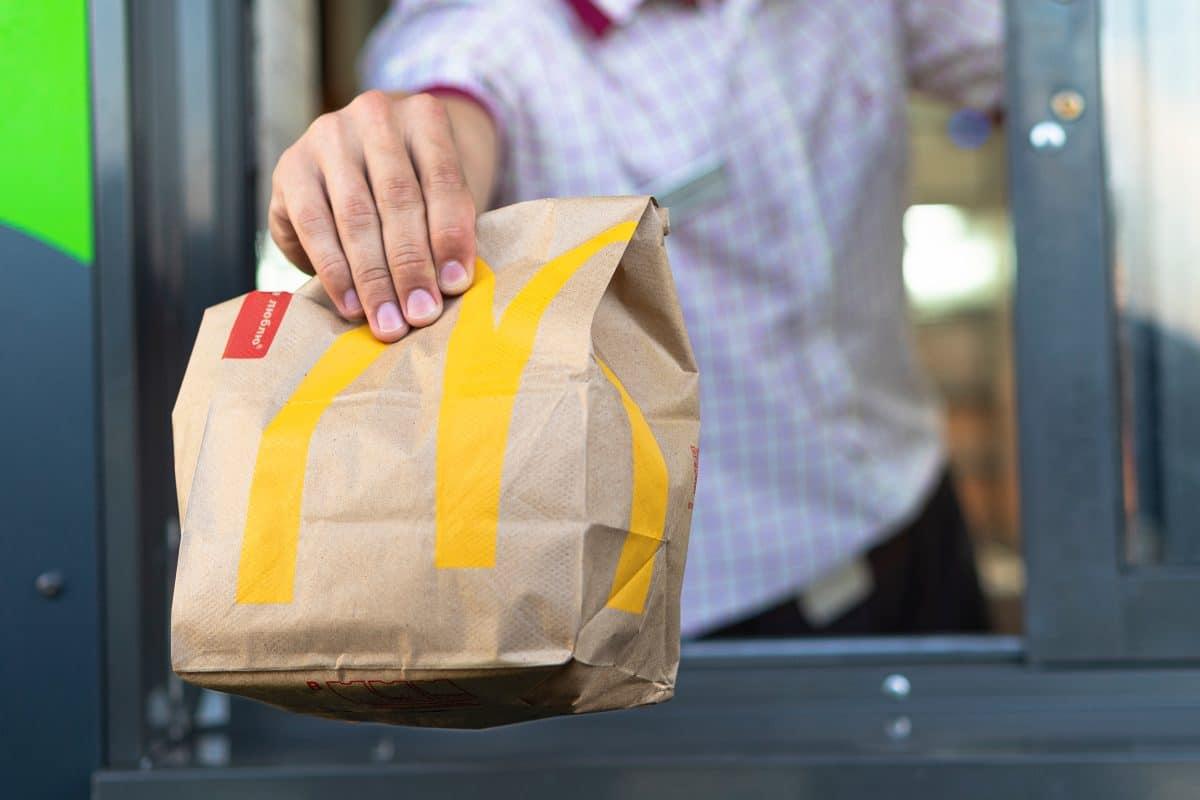 Warteschlangen und Streiteren nach Öffnung von McDonald's