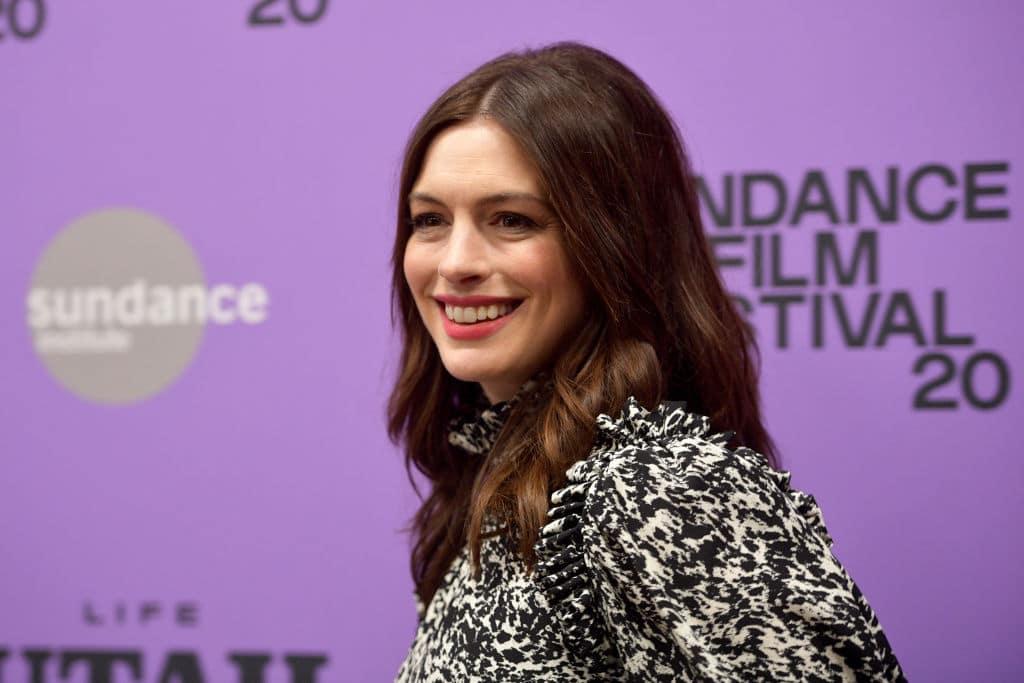 Anne Hathaway und Robert De Niro sammeln Geld über Videochat: Kit Harington versteigert sich selbst