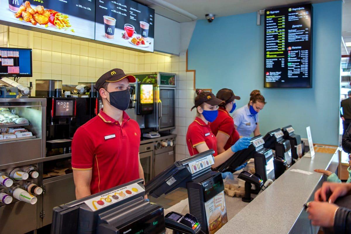 Frau schießt wegen Corona-Schließung auf McDonald's-Personal