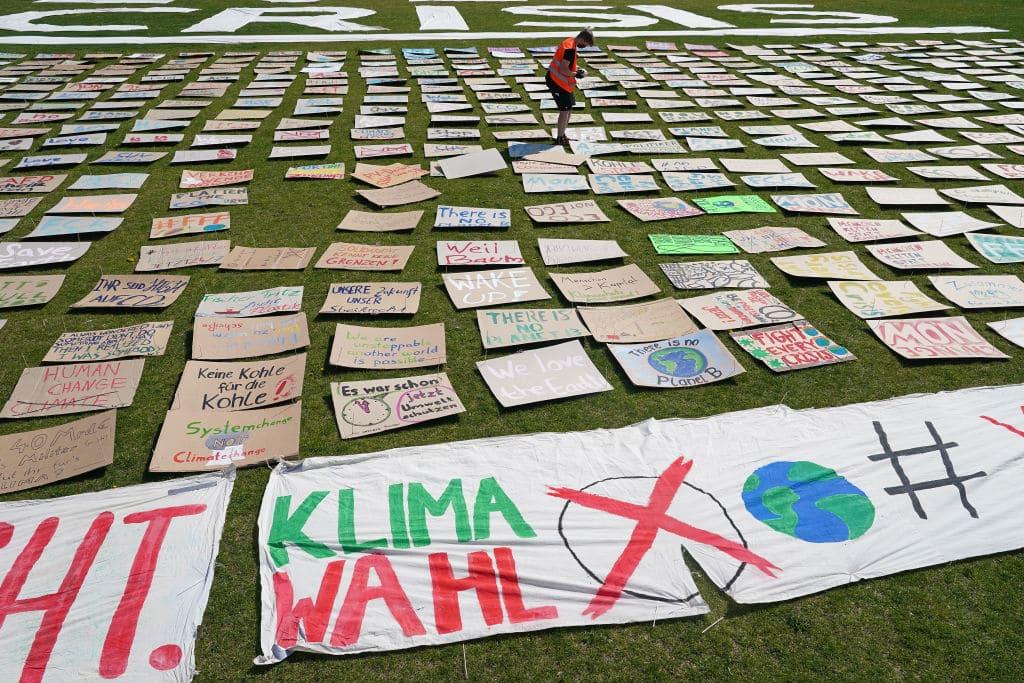 Fridays For Future-Aktivisten gehen wieder auf die Straße: Schildermeer für's Klima