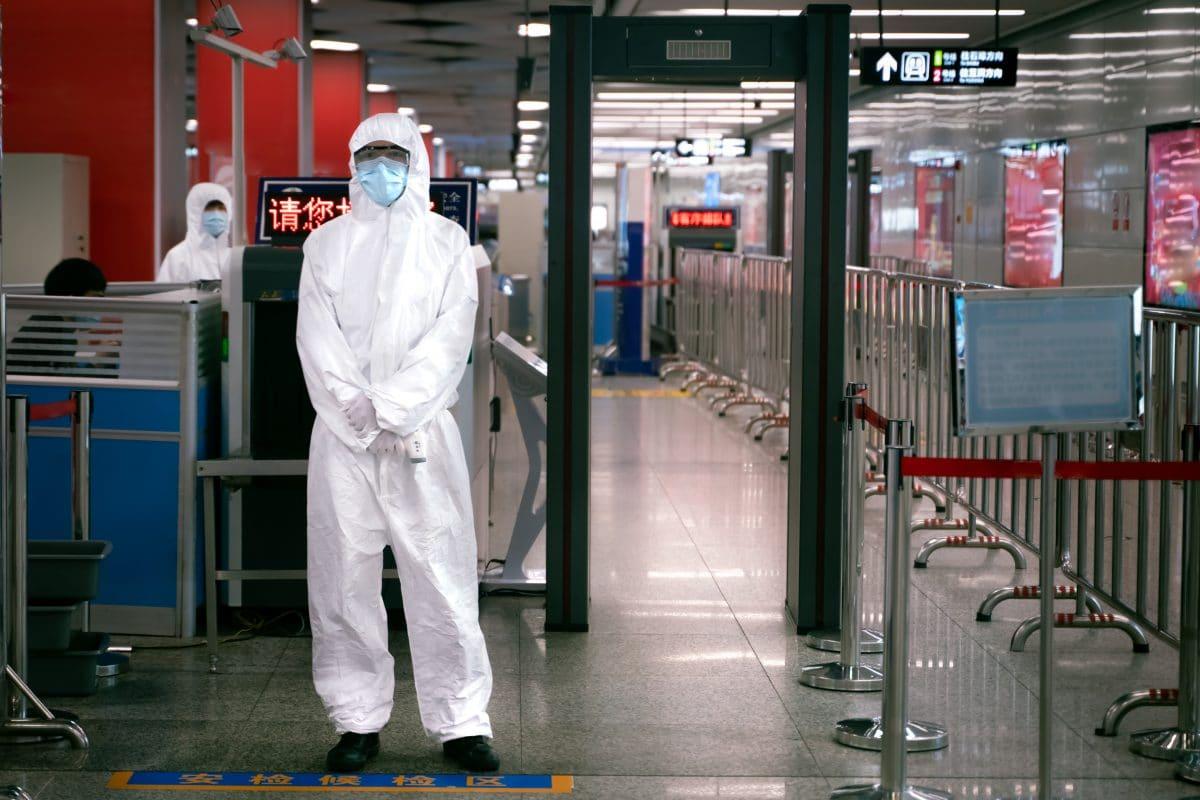 Hongkong: Flughafen testet Ganzkörper-Desinfektionskabinen