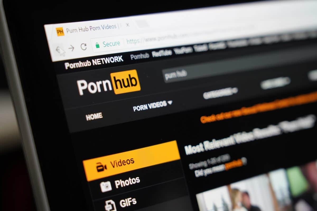 Infosäule auf Marktplatz in Deutschland zeigt plötzlich Pornos