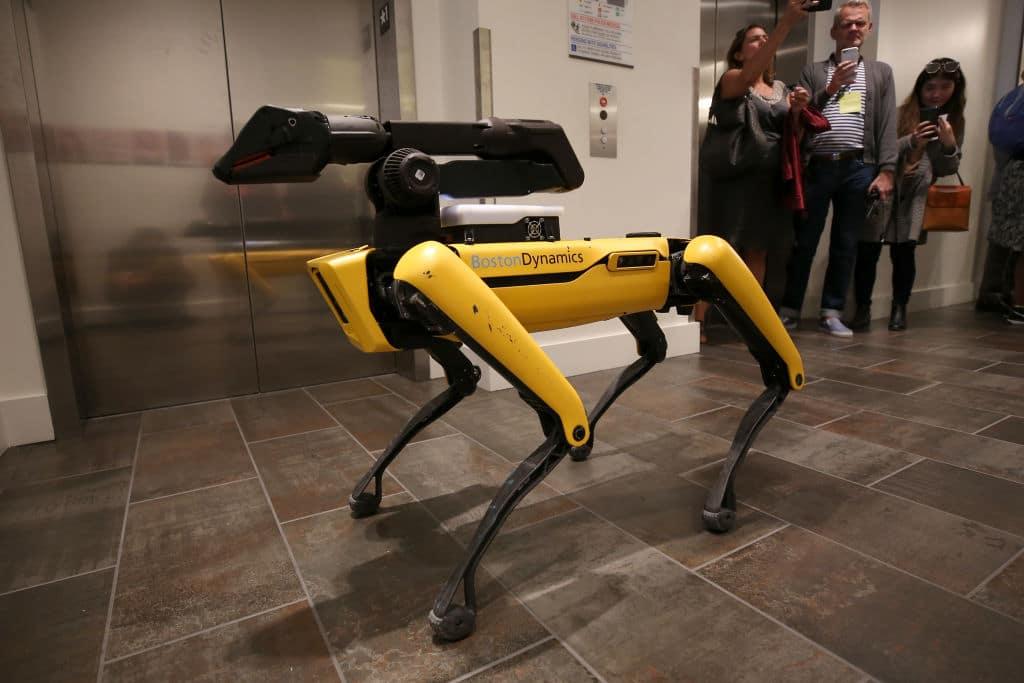 Roboterhund kontrolliert in Singapur Parkbesucher