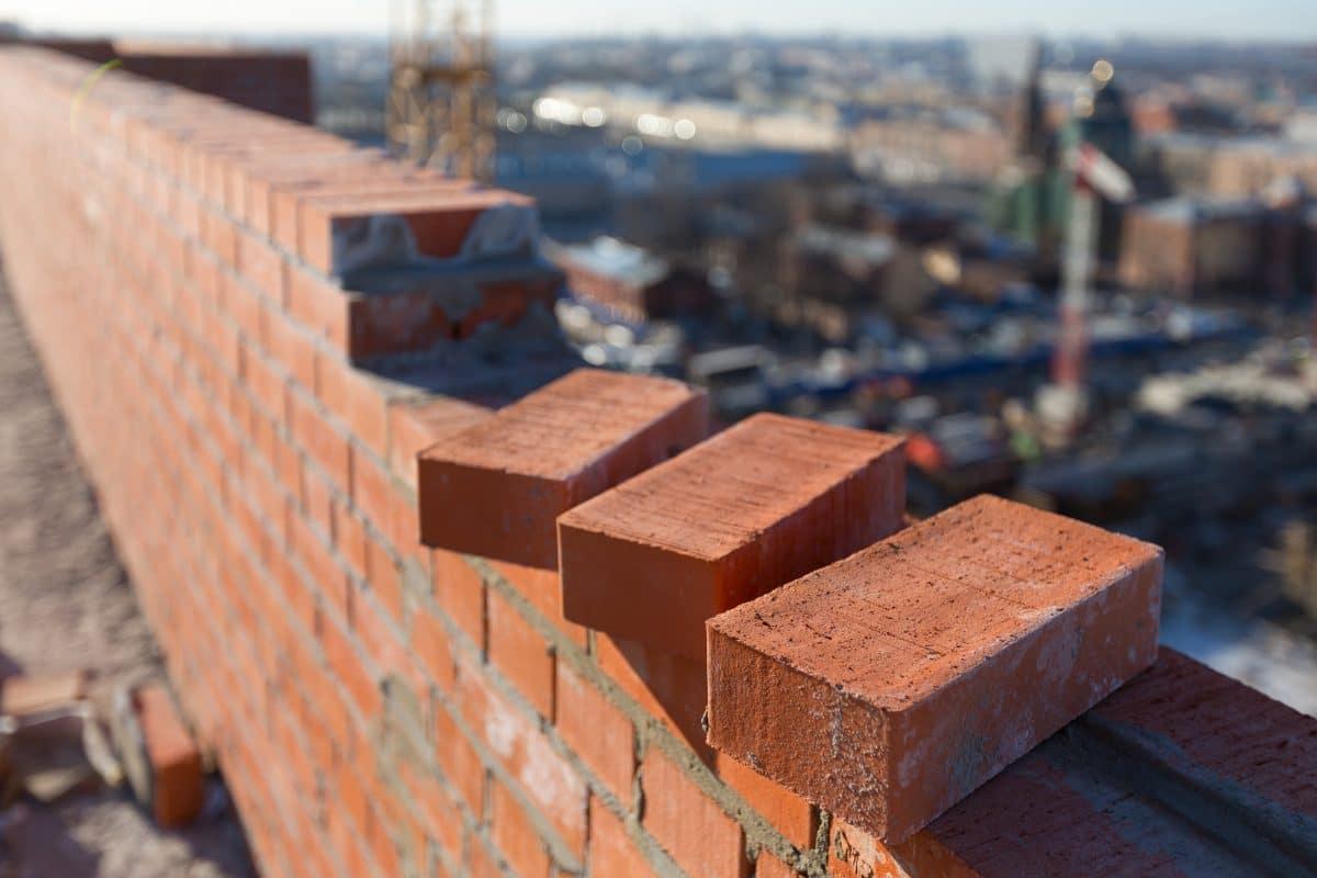 Nackter Mann randalierte auf Baustelle und warf mit Ziegelsteinen