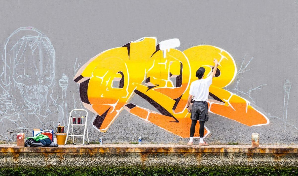 Streetart-Künstler Mobstr trickst Stadtreinigung aus und lässt sie neues Motiv zeichnen