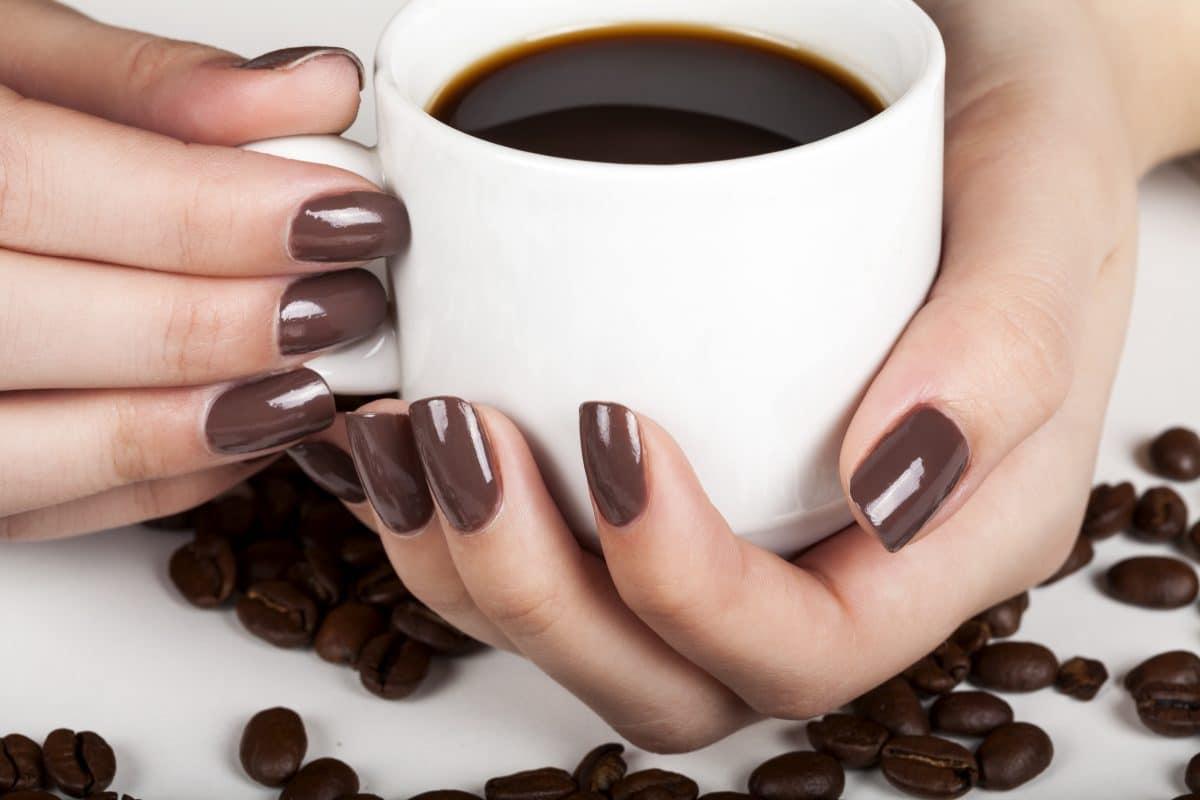 Coffee Nails: Deshalb lieben wir diesen Nageltrend