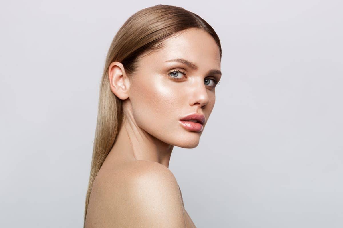Dolphin Skin: Das ist DER Make-up-Trend im Sommer 2020