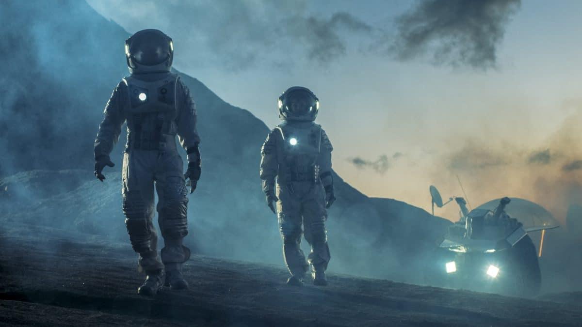 Ehepaar verlässt Haus während Pandemie nur in Astronautenanzug