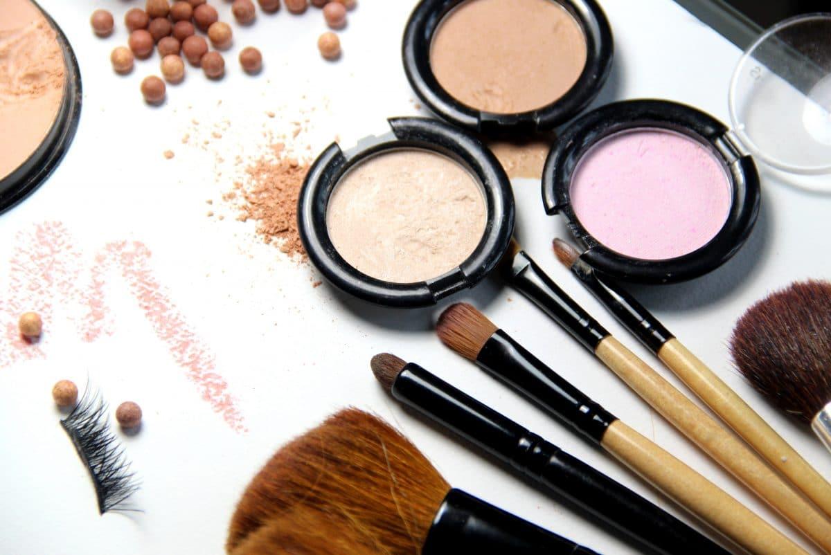 So reinigst du deine Make-up-Pinsel richtig