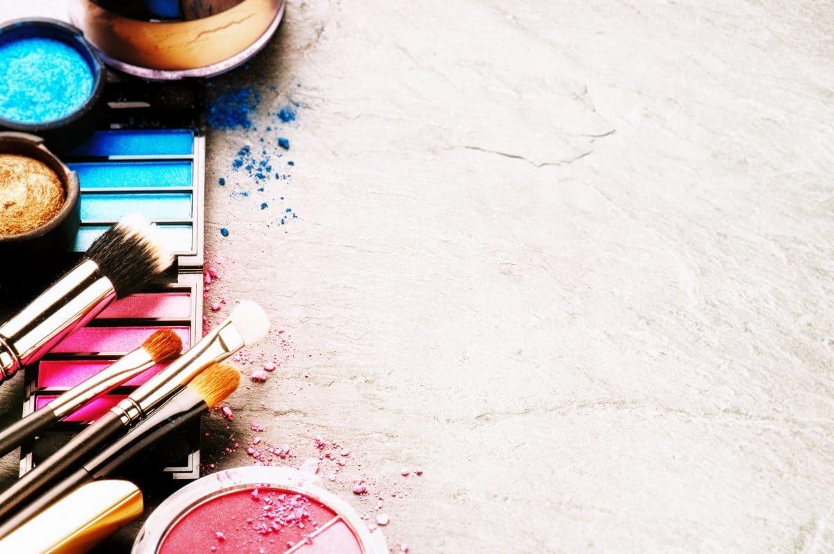 So kriegst du Make-up-Flecken aus deiner Kleidung