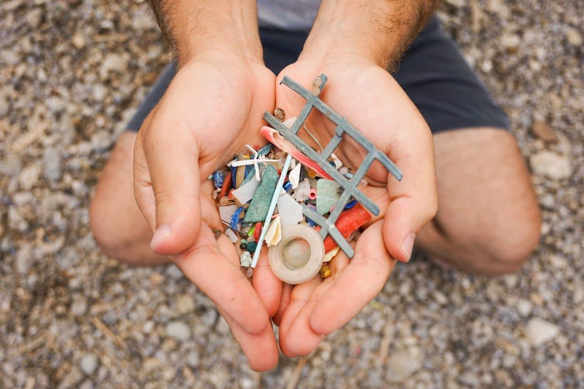Wind bläst jährlich Tonnen an Mikroplastik in die Ozeane
