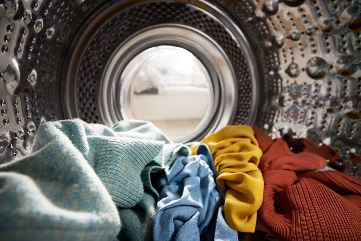 Ehepaar aus Taiwan postet Fotos mit vergessener Kleidung aus ihrem Waschsalon
