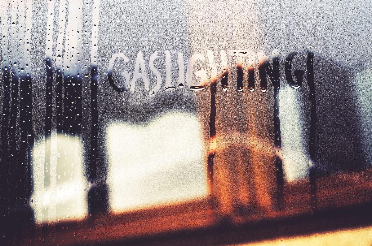 Daran erkennt man Gaslighting in einer Beziehung