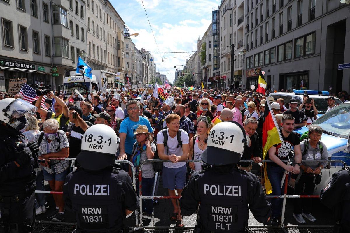 Berlin: Polizei löst Demonstration gegen Corona-Maßnahmen auf