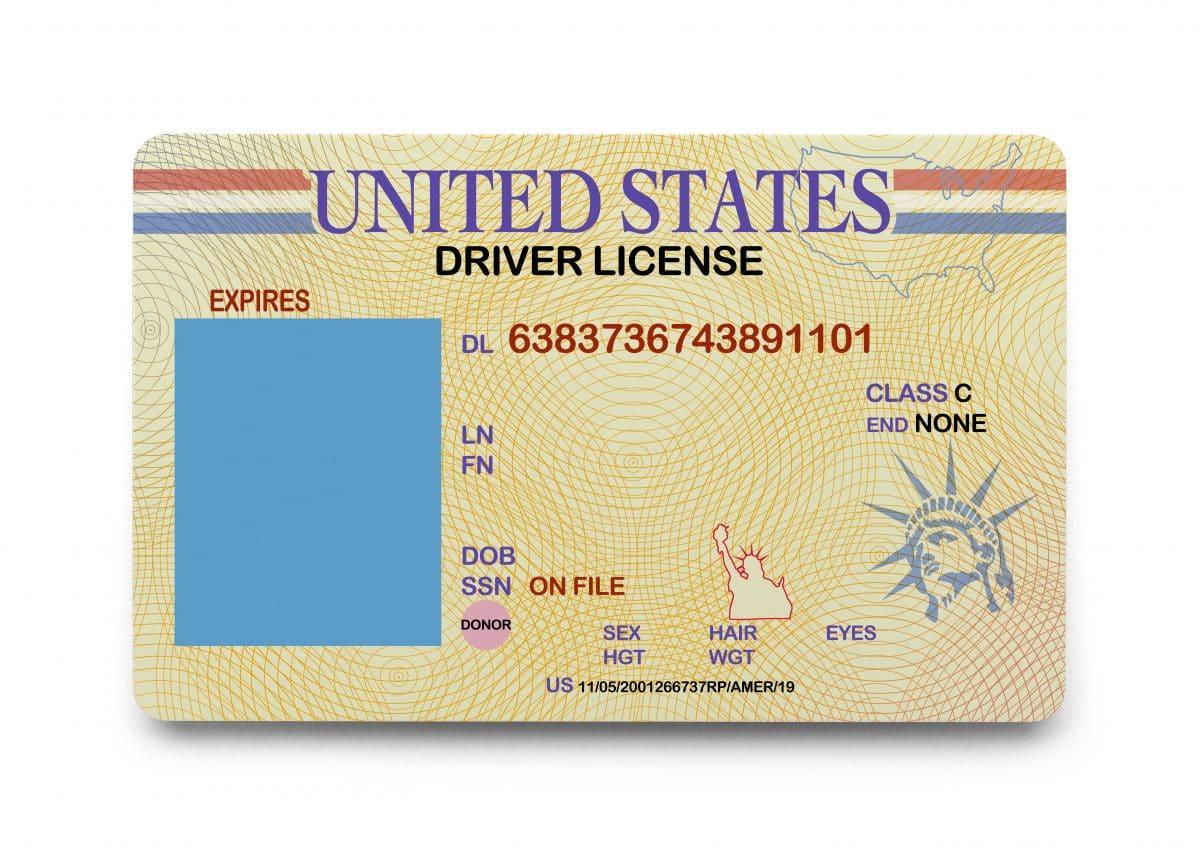 Frau bekommt ihren Führerschein mit Foto von leerem Sessel