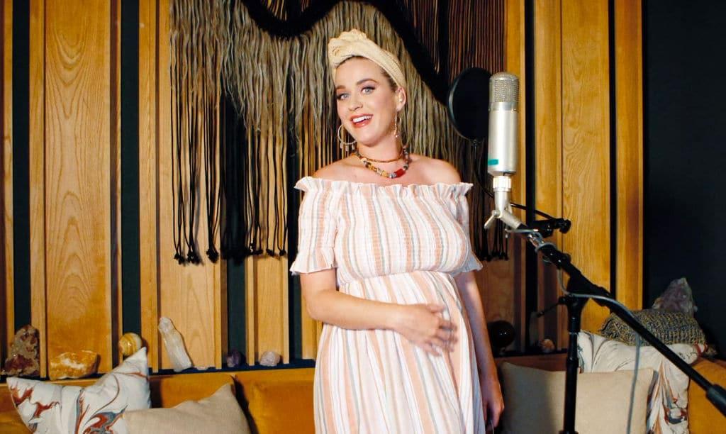 Katy Perry steht kurz vor der Geburt und macht Nickerchen im Baby-Geschäft