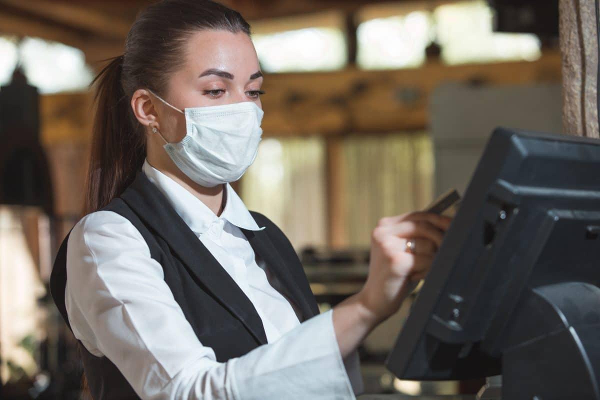 Gäste verprügeln Bedienung wegen Maskenpflicht