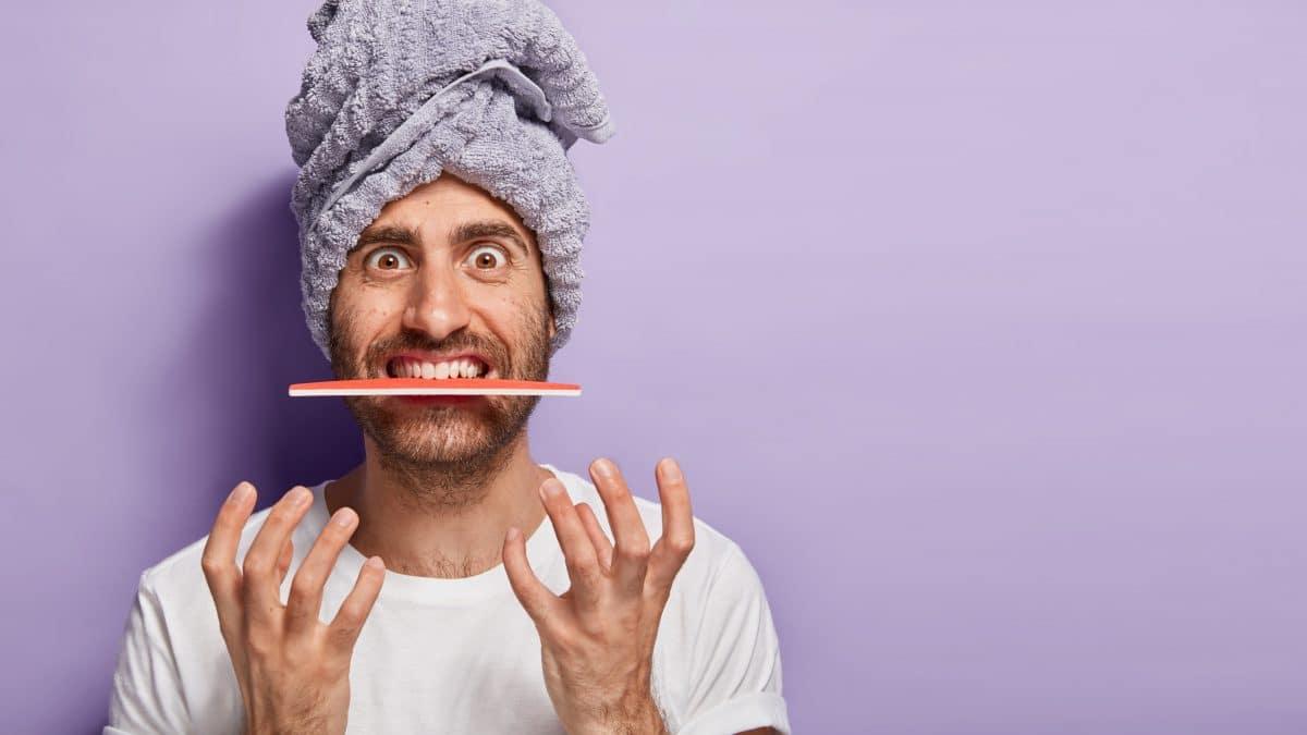 User feilen sich die Zähne: Ärzte warnen vor neuem TikTok-Trend