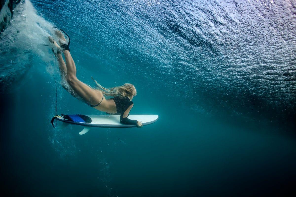 Weltrekord: Brasilianerin surft auf über 22 Meter hoher Welle