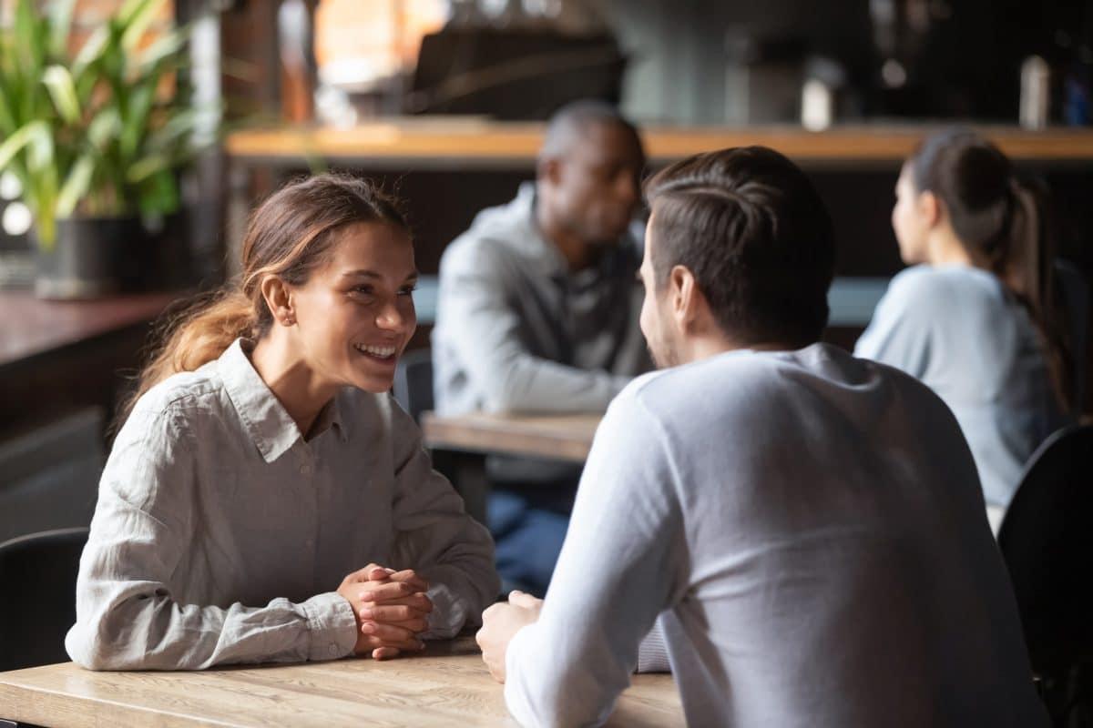 5 Anzeichen, dass jemand heimlich in dich verliebt ist