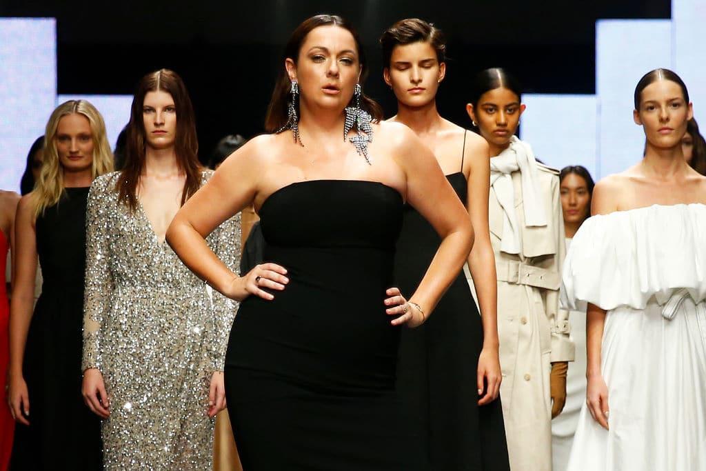 Celeste Barber imitiert Victoria's Secret Model und verstößt damit gegen Instagram-Richtlinien