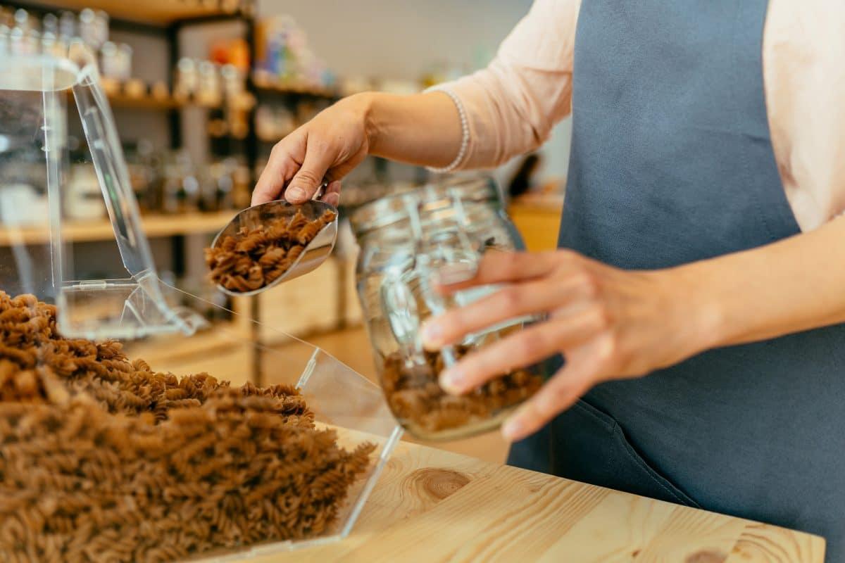 Abfüllstationen bei Interspar: Was Supermärkte tun, um Plastikmüll zu vermeiden