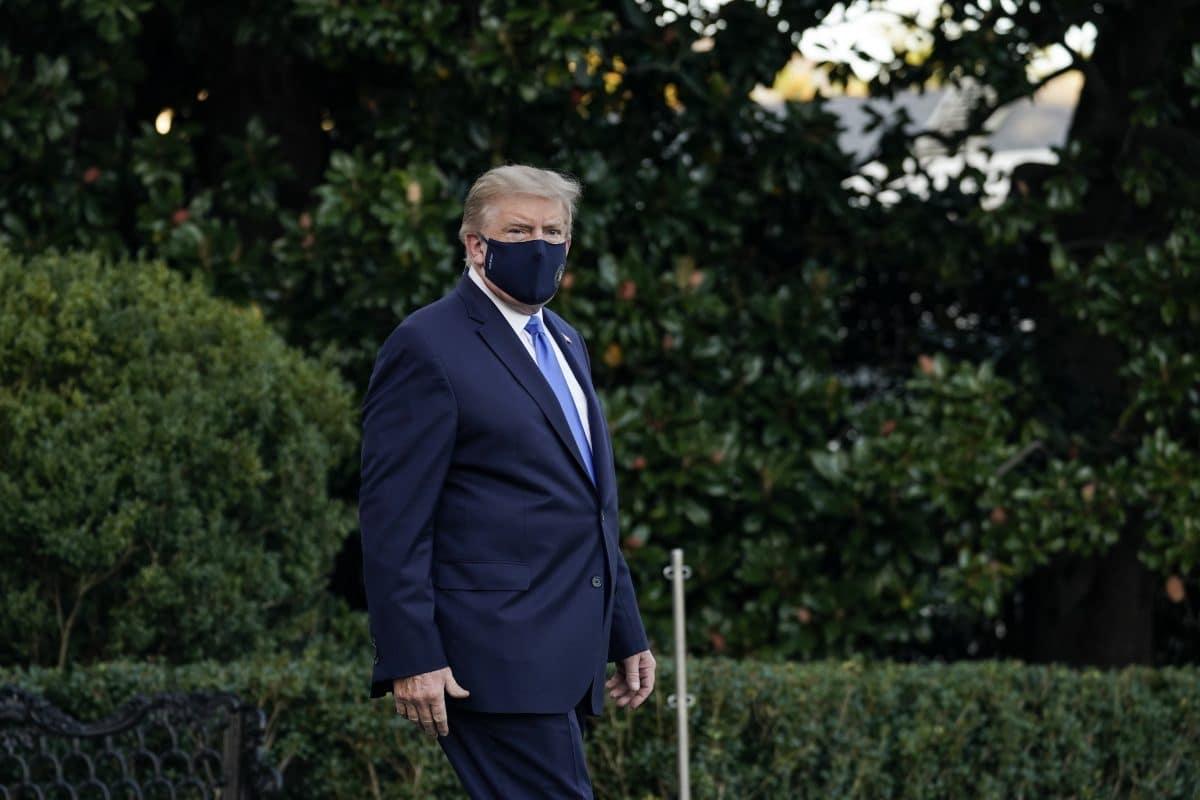 Trump wegen Corona ins Krankenhaus eingeliefert