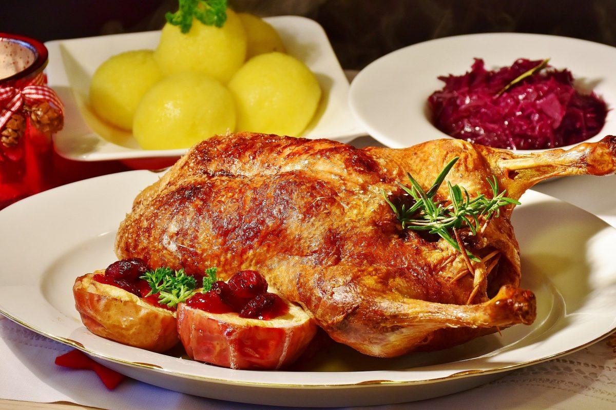 Gebratene Ente mit Fülle und Äpfeln Rezept