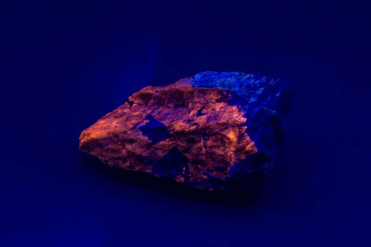 Stein, der im Dunkeln leuchtet: Forscher lösen Rätsel