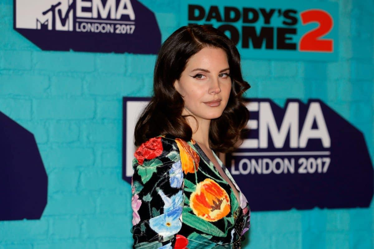 Nach Kritik an Netzmaske: Jetzt wehrt sich Lana Del Rey