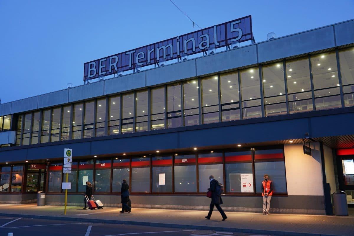 Neuer Flughafen in Berlin nach neun Jahren Verspätung endlich eröffnet