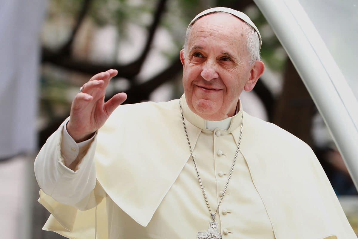 Papst Franziskus betet für Roboter