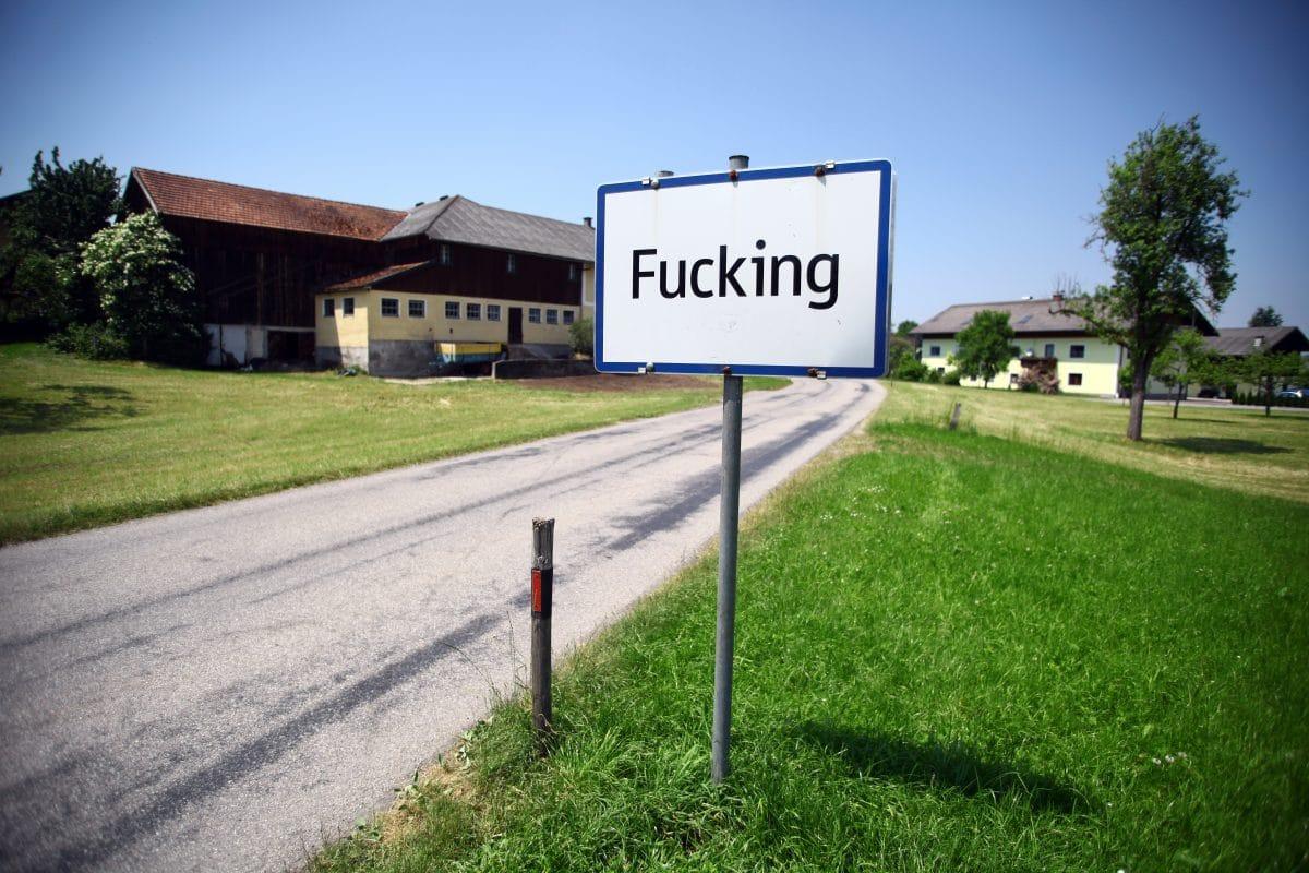 """""""Fucking""""-Ortstafel für 2.200 Euro online zum Verkauf angeboten"""