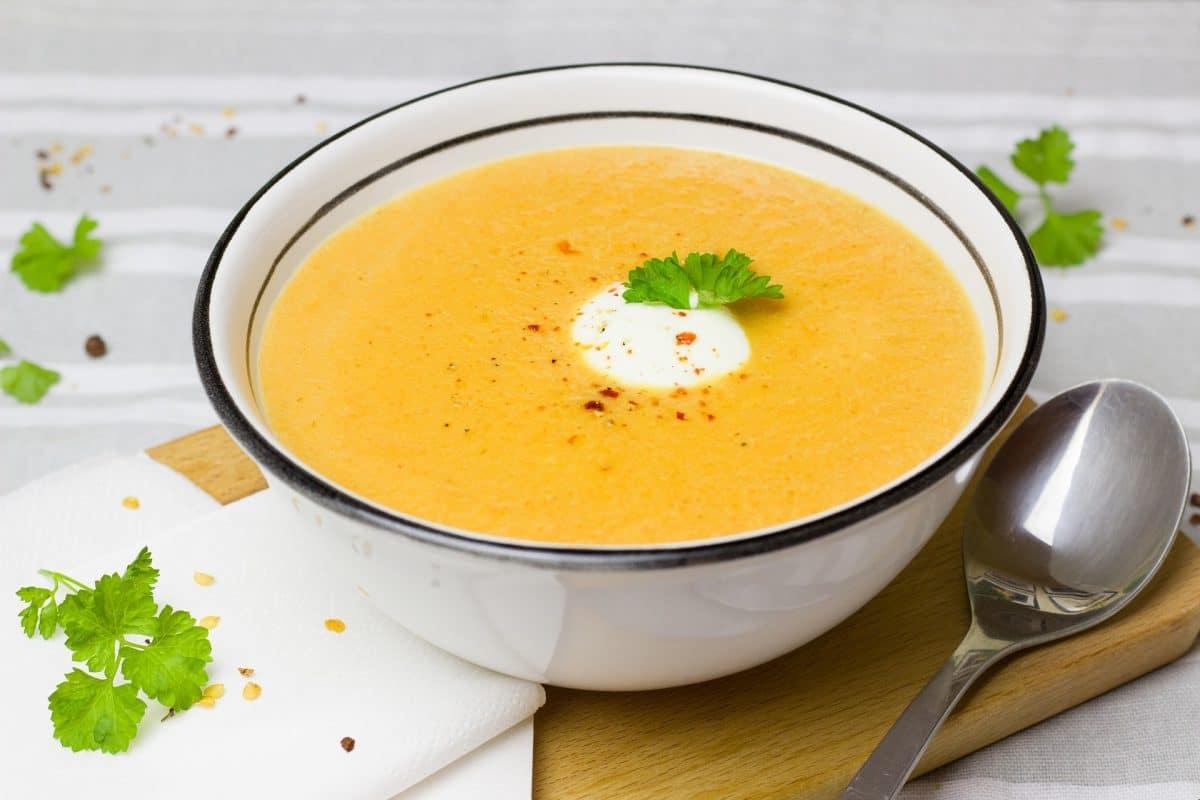 Rote Linsensuppe mit Minz-Joghurt