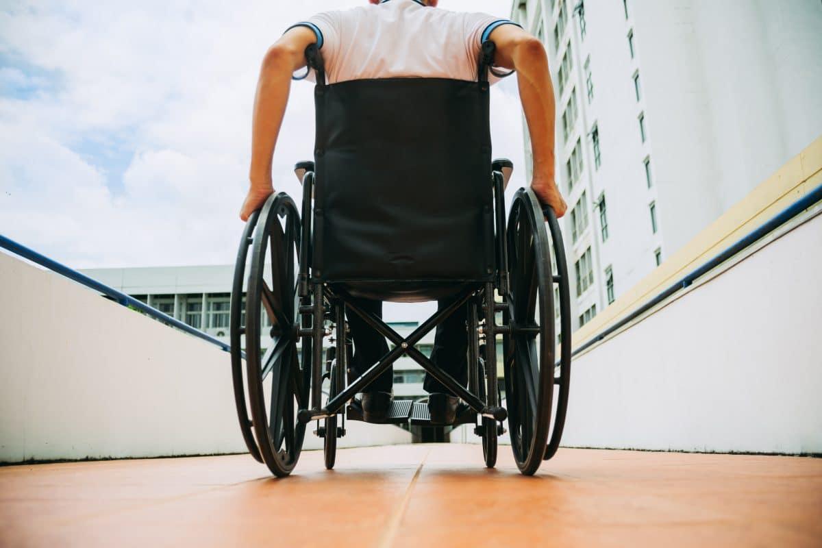 Rollstuhlfahrer klettert in Hongkong Fassade hoch und sammelt Spenden