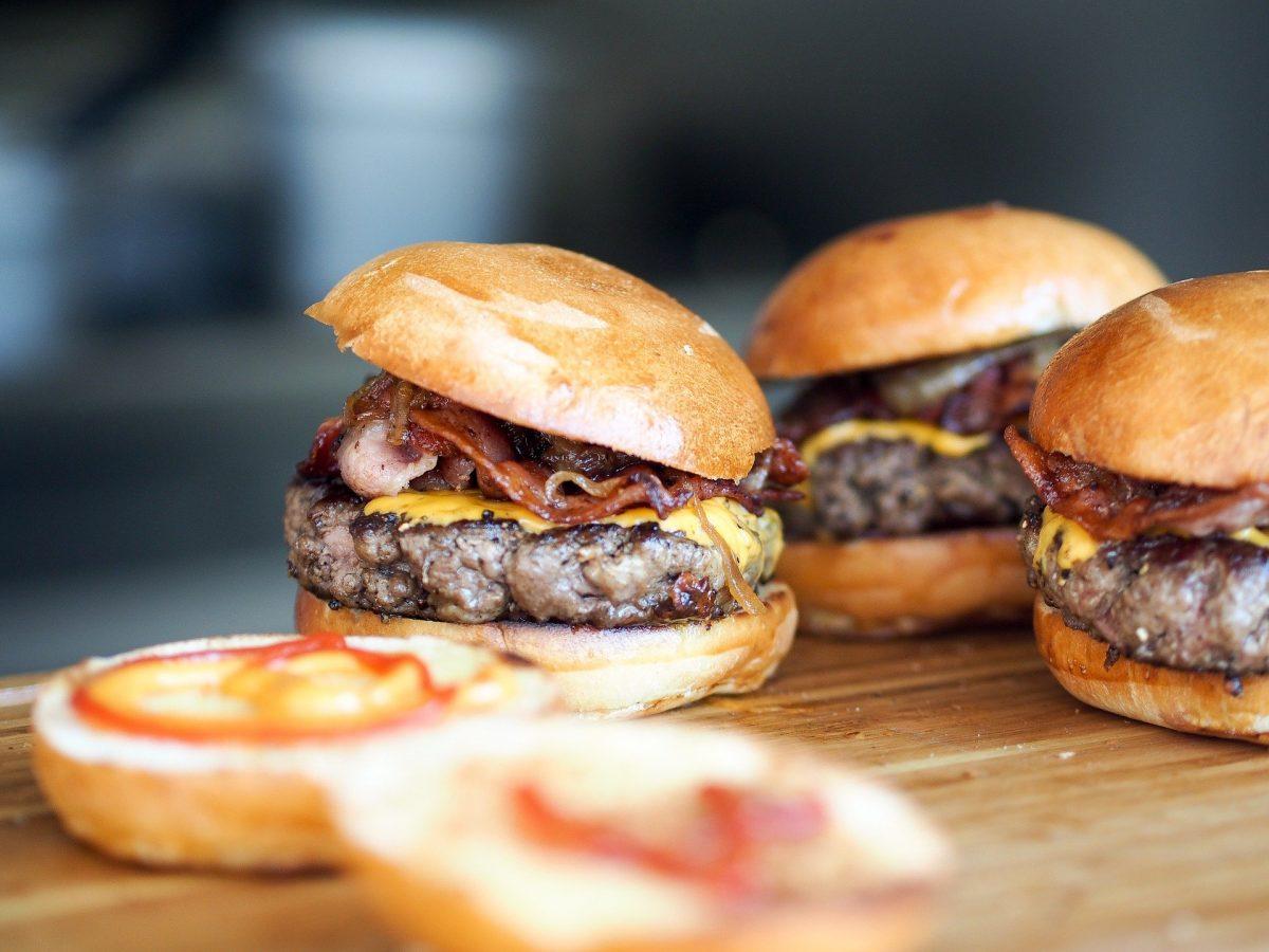 Cheeseburger mit karamellisierten Zwiebeln