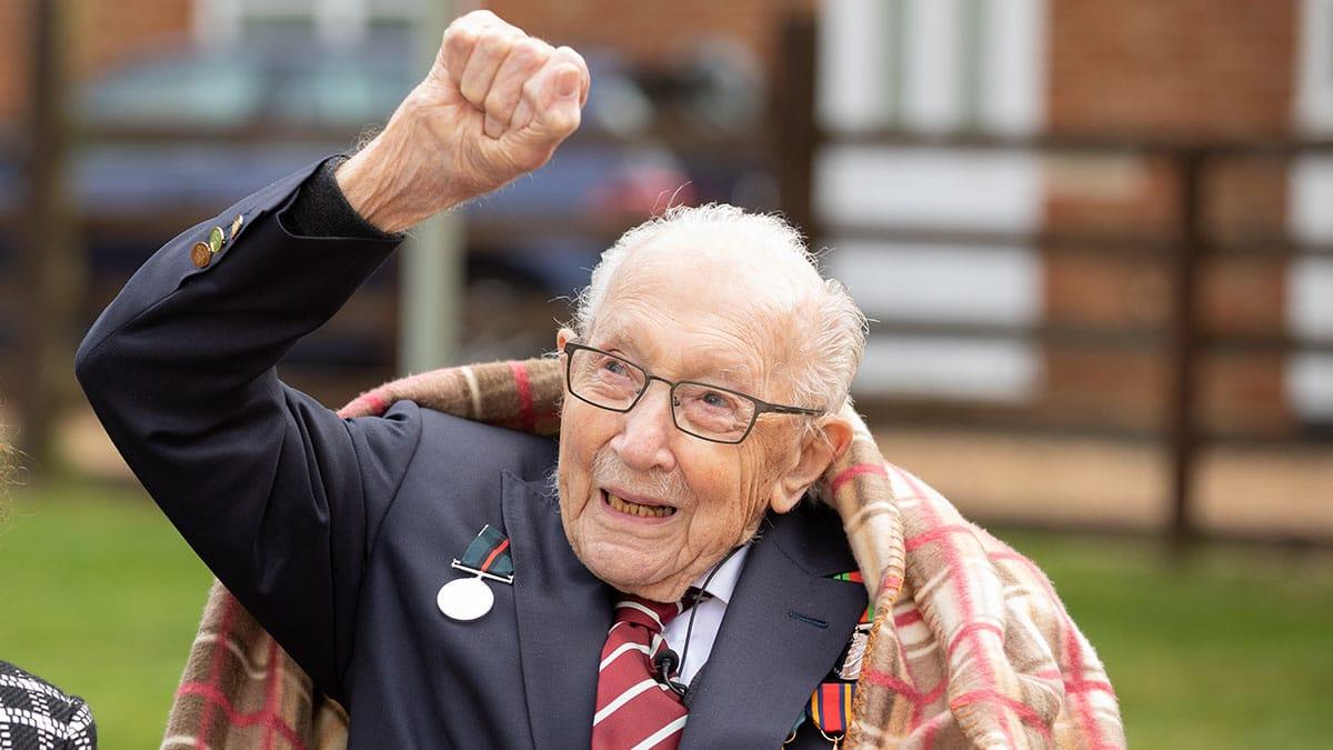 """100-jähriger Spendensammler """"Captain Tom"""" Moore an Corona erkrankt"""