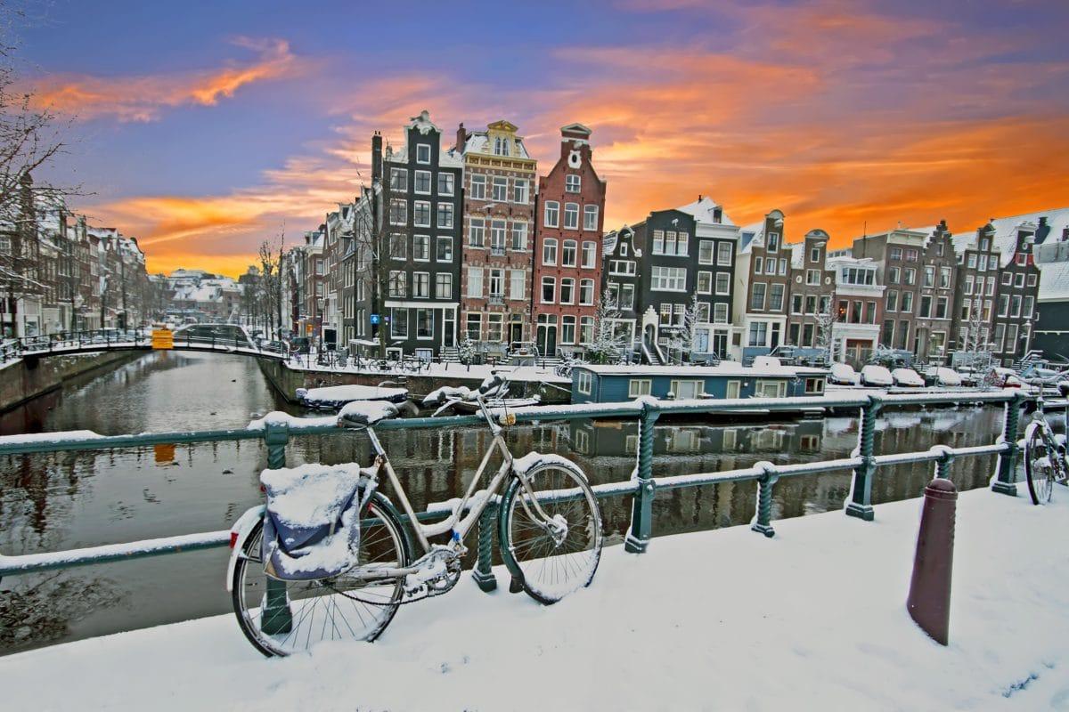 Amsterdam: Einwohner liefern sich verbotene Schneeballschlacht mit Polizei