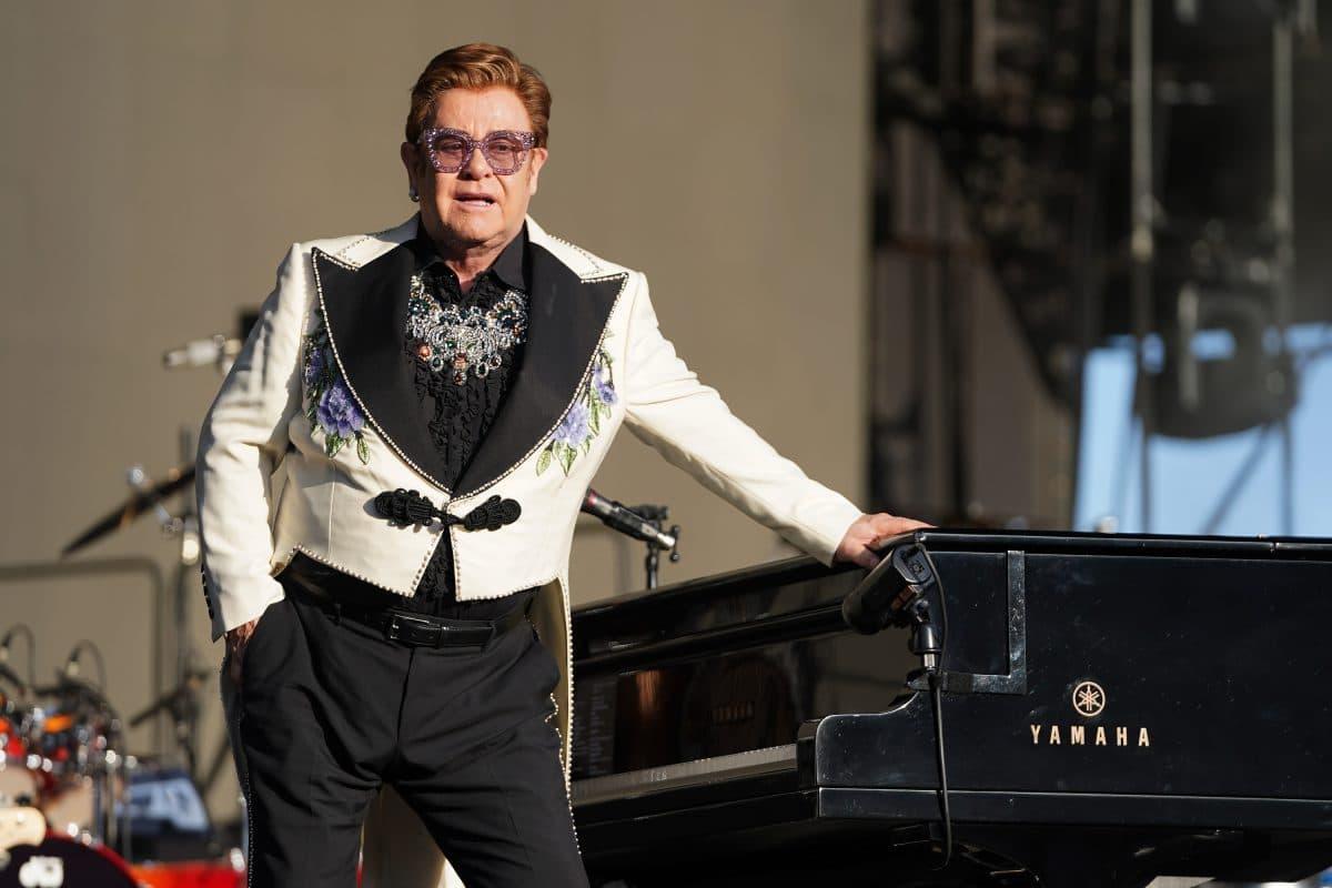 Elton John macht lustige Werbung für Corona-Impfung