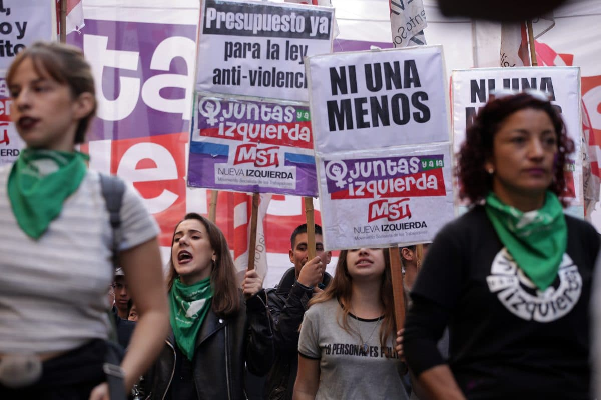 Demonstrantinnen in Argentinien verkleiden sich als Leichen und protestieren gegen Frauenmord
