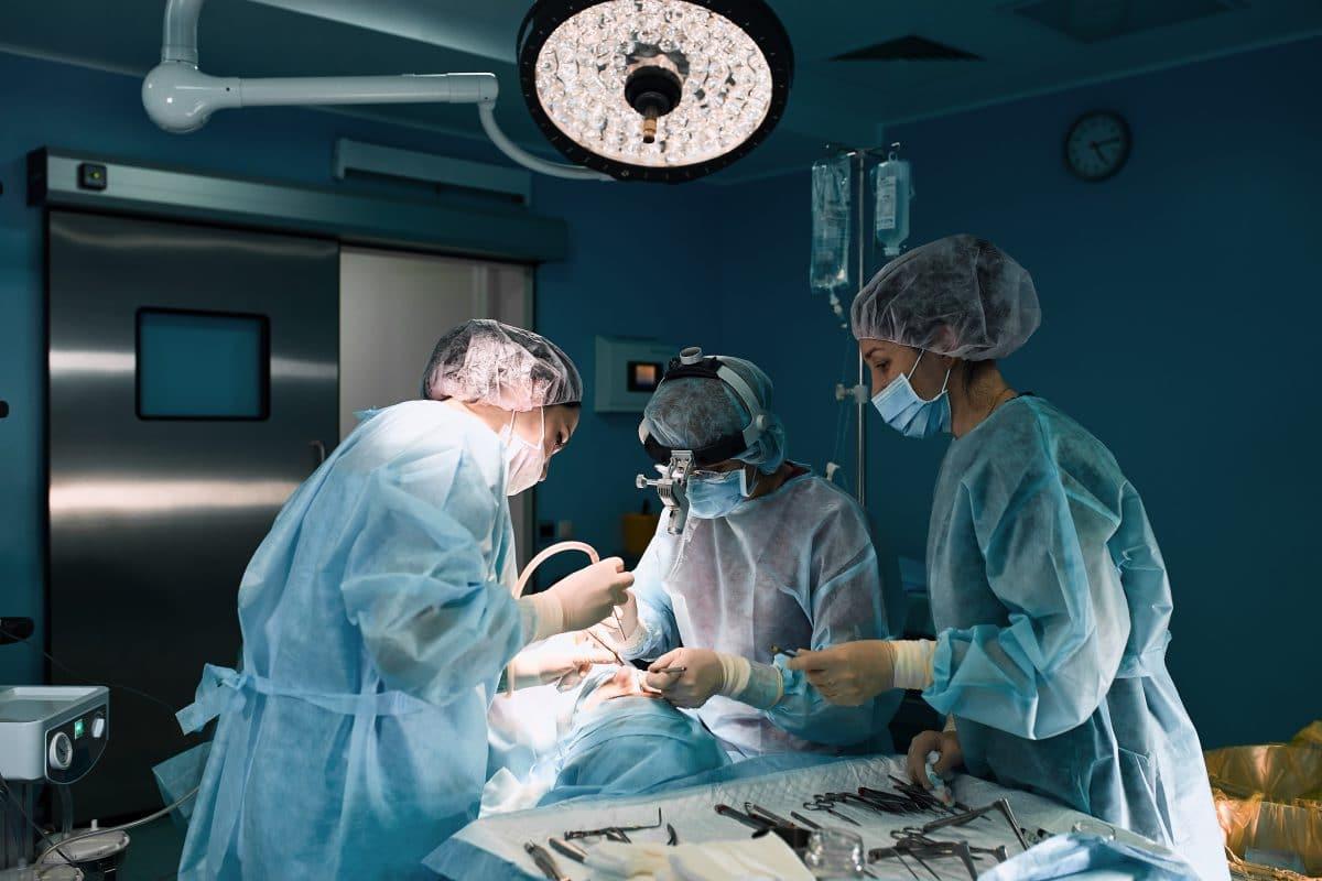 Diesem Mann wurden nach einem Unfall Gesicht und Hände eines Toten transplantiert