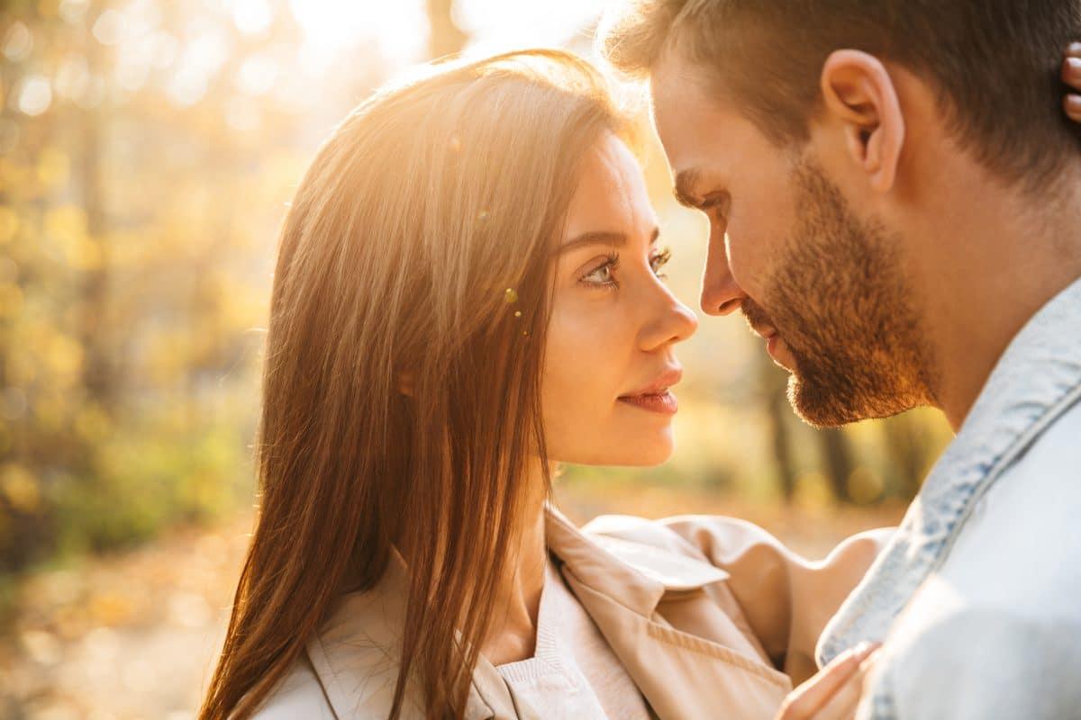 Körpersprache: Daran erkennst du, dass dein Partner dich liebt