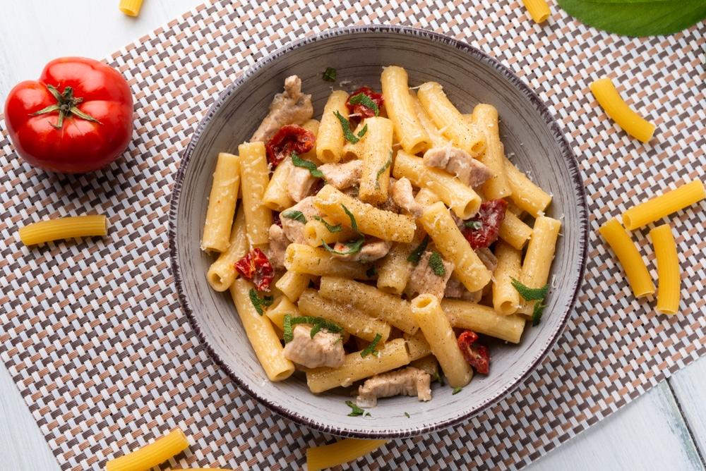 Maccheroni mit zartem Gemüse, Huhn & Ziegenfrischkäse
